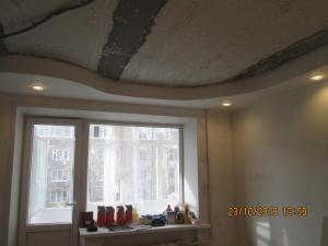 устройство подвесного одноуровнего криволинейного потолка